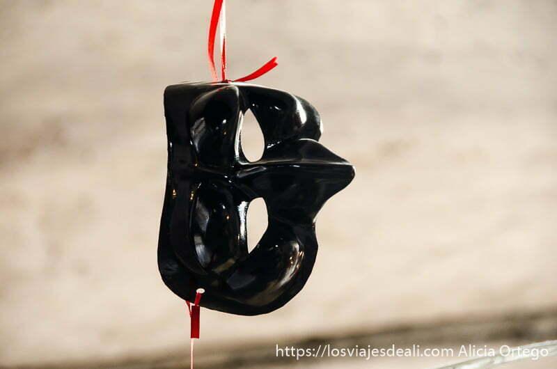 máscara de polichinela de color negro paseos por nápoles