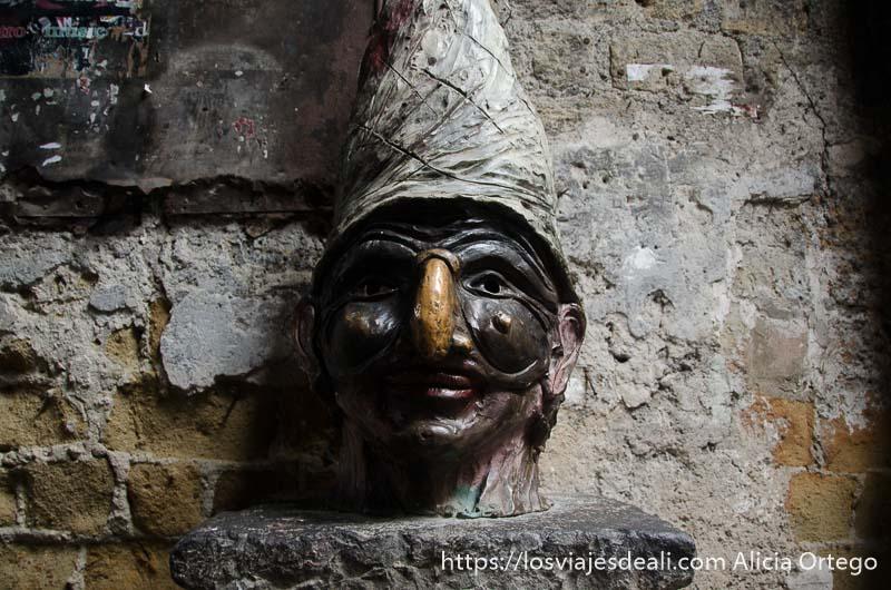 busto de polichinela en paseos por nápoles