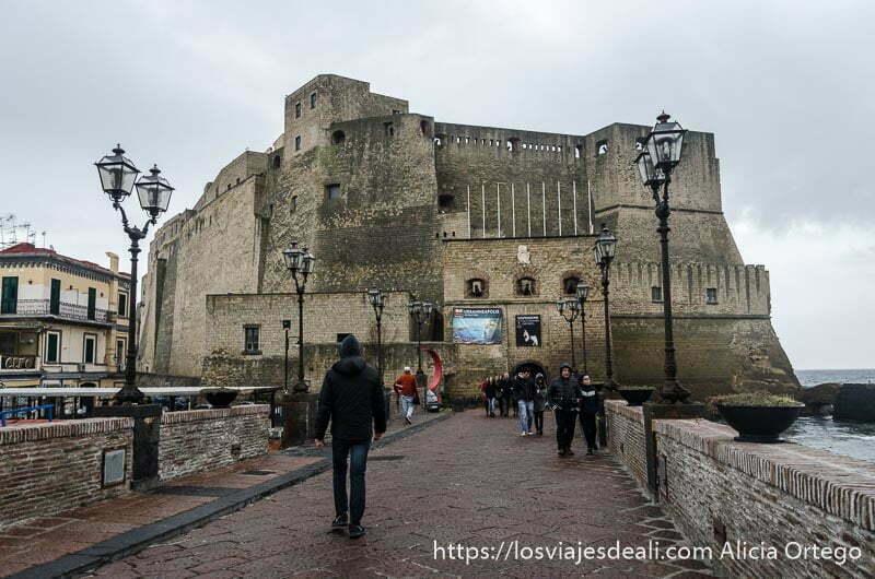 entrada al castillo del huevo paseos por nápoles
