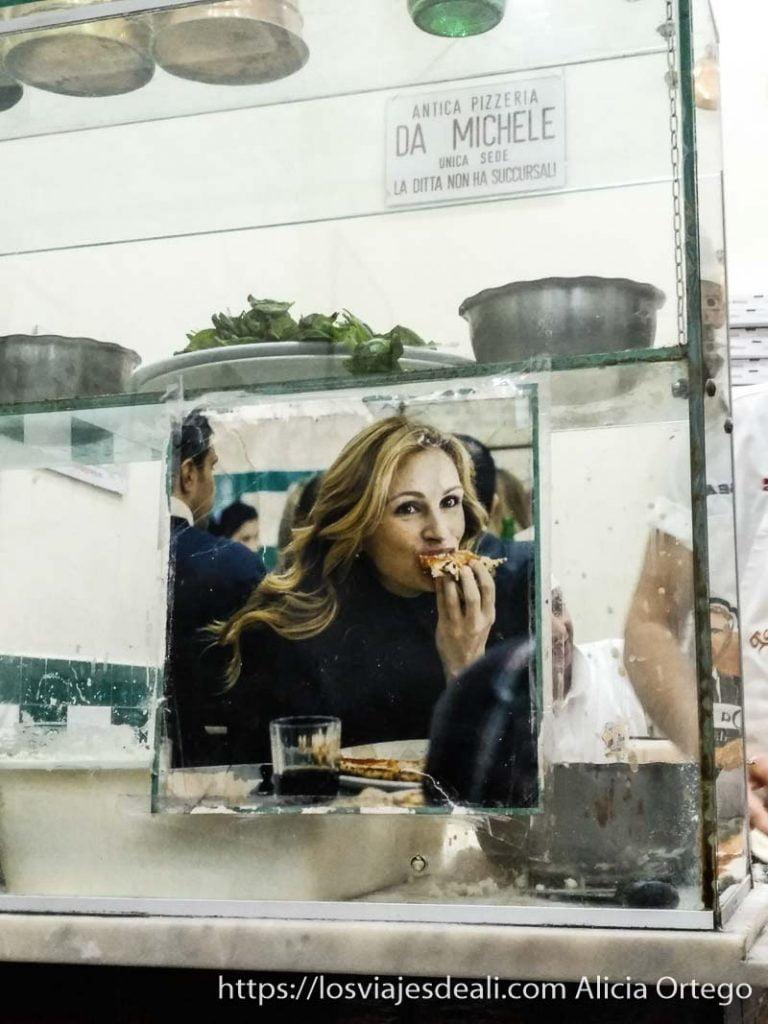 cartel de julia roberts comiendo pizza en nápoles