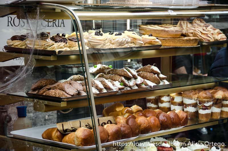 vitrina llena de dulces en paseos por nápoles