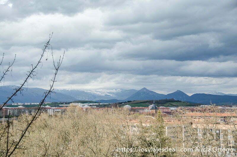 vistas del paisaje con montañas al fondo desde la ciudadela de pamplona