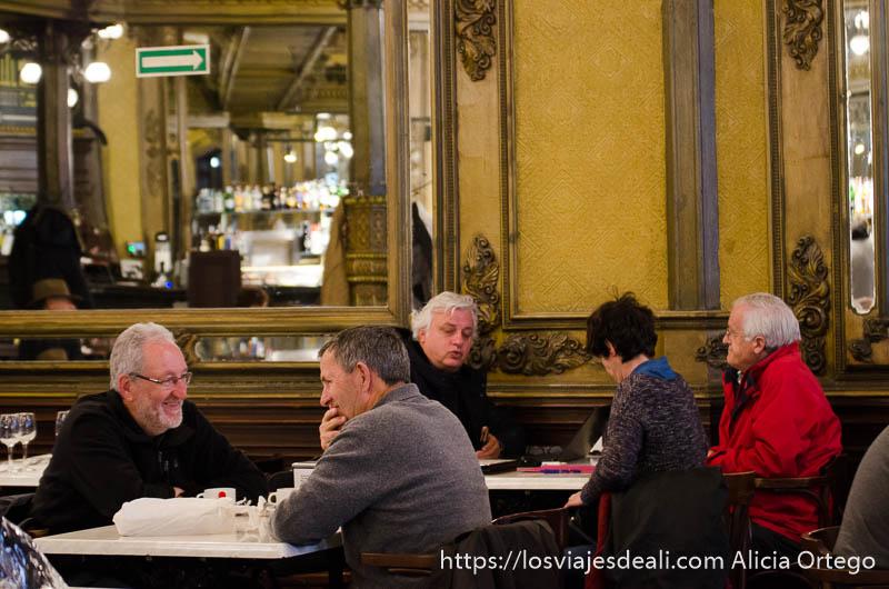 gente hablando en el café iruña de pamplona