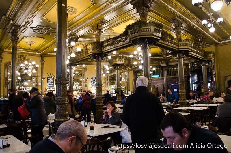 interior del café iruña con columnas de hierro y mesas de mármol pamplona