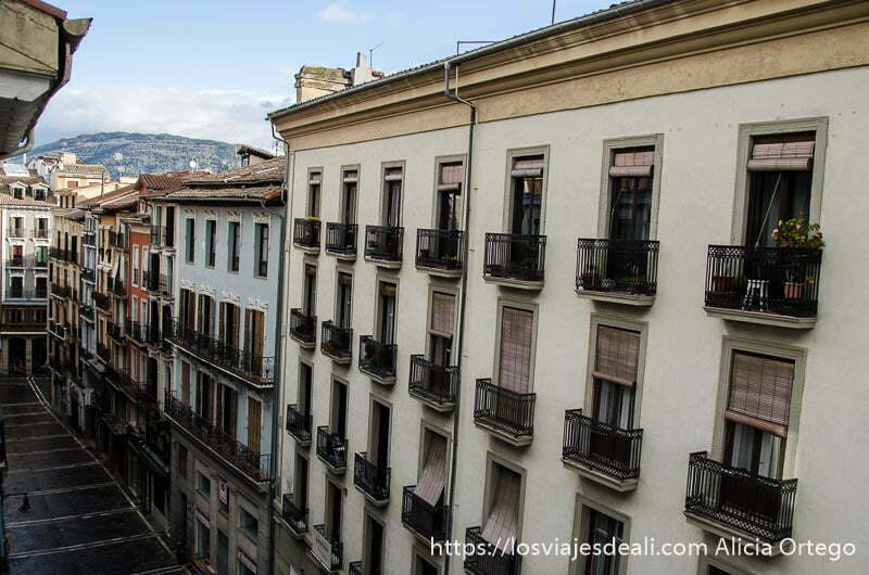 vista de casas llenas de balcones desde apartamento en pamplona