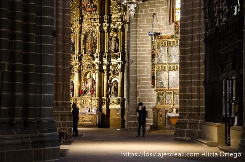 mujer haciendo foto con ipad en el interior de la catedral de pamplona