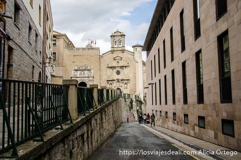 calle por la que suben los toros en san fermines con iglesia al fondo pamplona