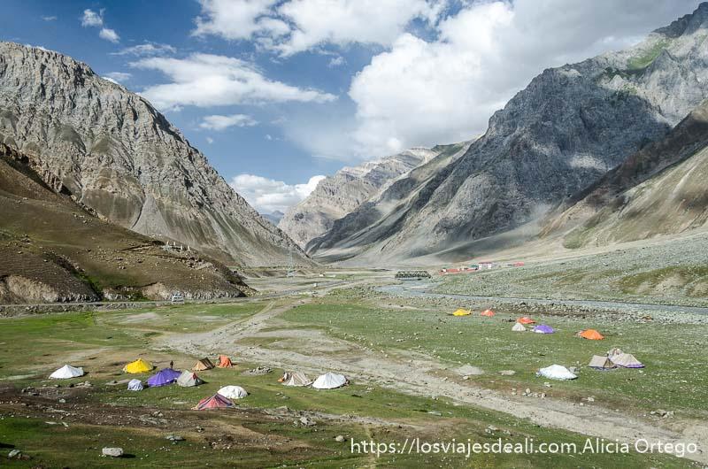 campamento nómada en valle de cachemira con tiendas de distintos colores