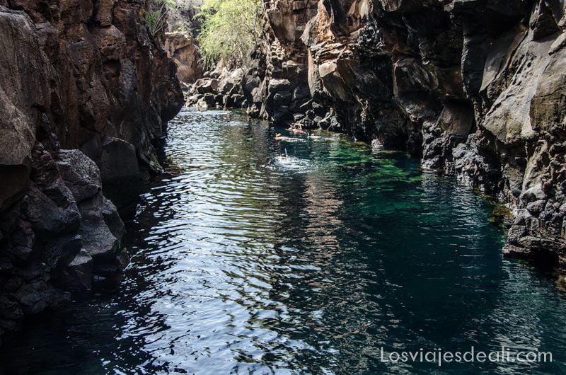 viajar a galápagos por tu cuenta las grietas
