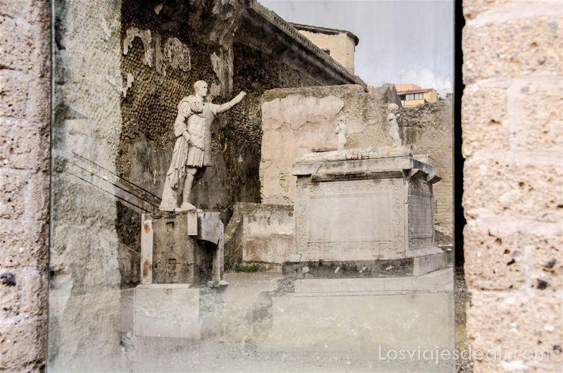 estatuas en la visita a Herculano