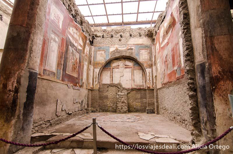 sala con paredes llenas de frescos visita a herculano