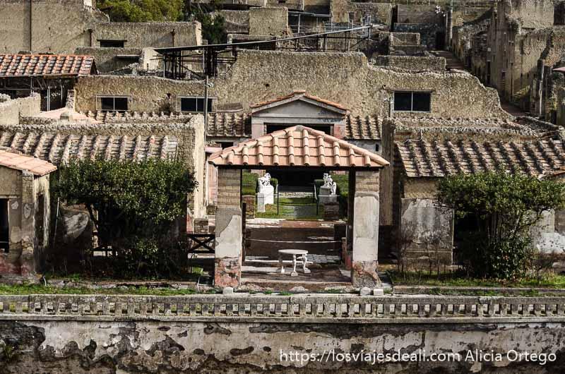 villa en ruinas con jardines y estatuas visita a herculano