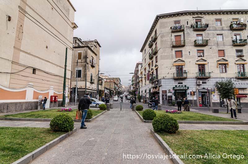 calle ancha delante de puerta de yacimiento de herculano italia