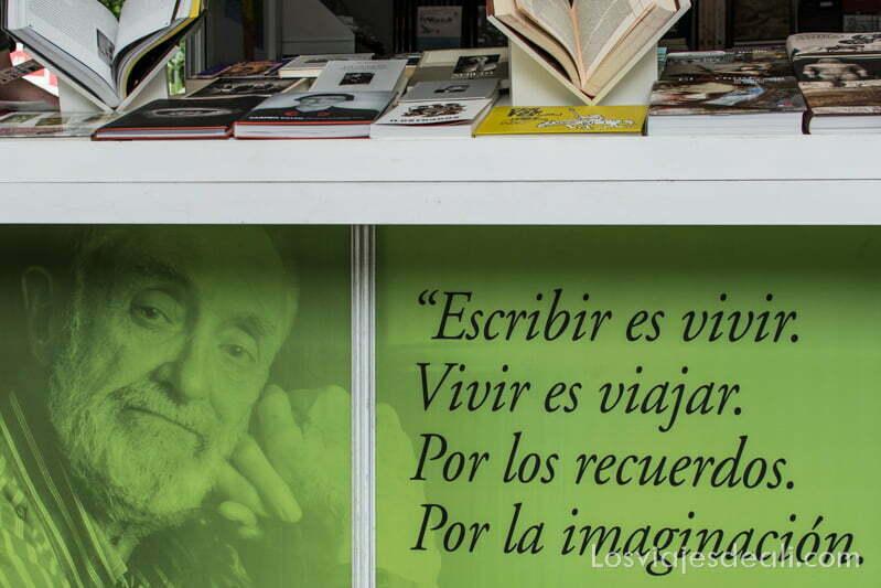 caseta con cartel de centenario jose luis sampedro feria del libro de madrid