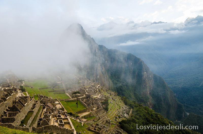 Machu Picchu entre nubes al amanecer colores del mundo