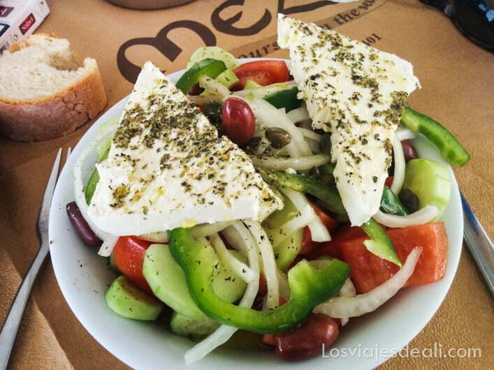 plato de ensalada gastronomía griega