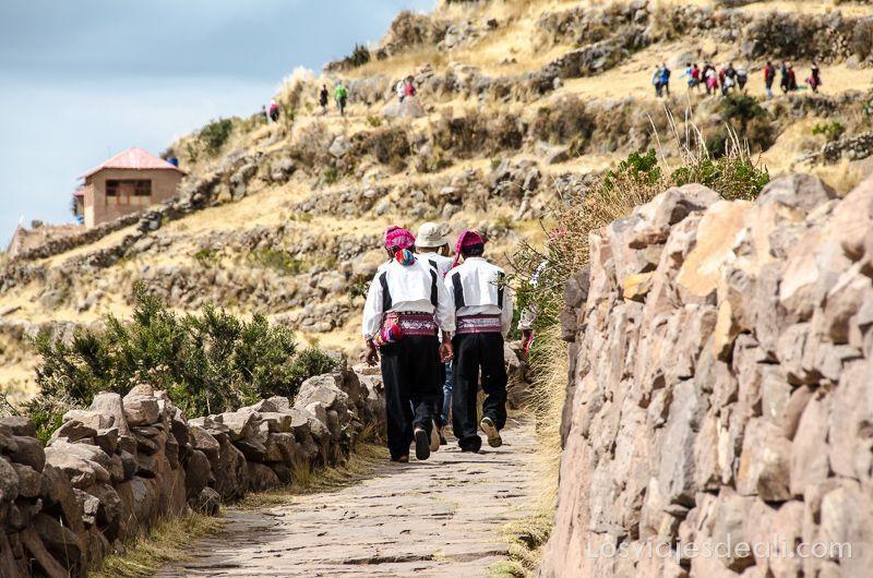 islas del lago titicaca hombres en taquile