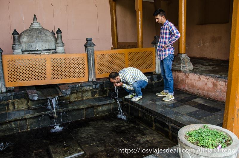 dos visitantes beben agua de fuente sagrada srinagar