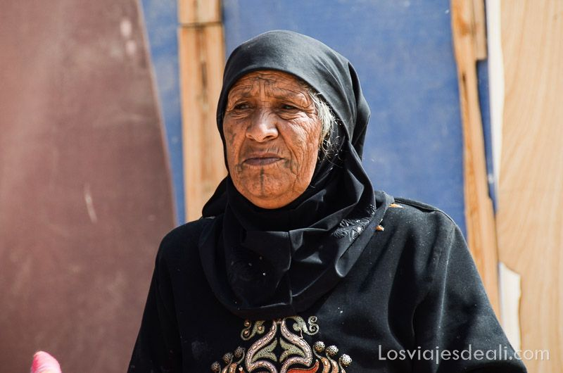 beduina en pequeña petra