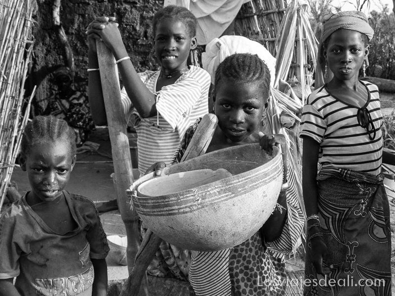 niñas de Burkina posando con su cuenco de calabaza para el mijo