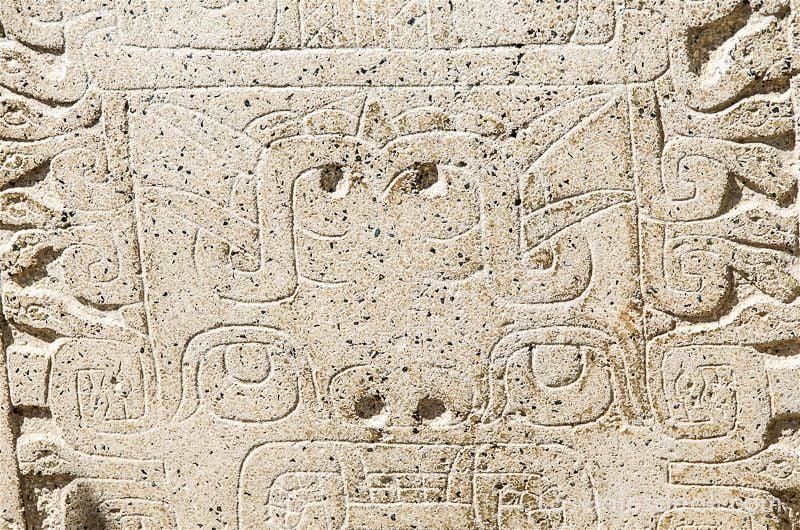 detalle de estela grabada chavin de huantar