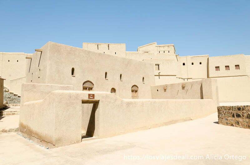 murallas y edificios en el interior del fuerte de bahla en omán