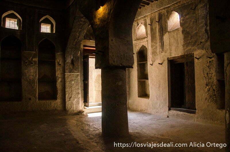 sala interior con columnas y arcos en el fuerte de bahla patrimonio de la humanidad en omán
