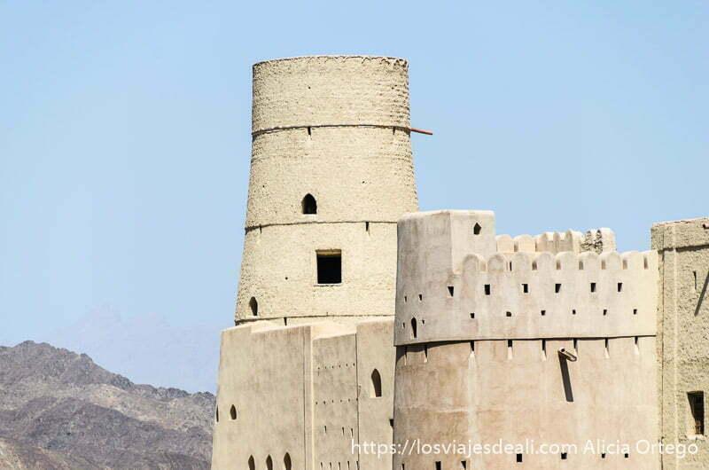 torreón del fuerte de bahla patrimonio de la humanidad en omán