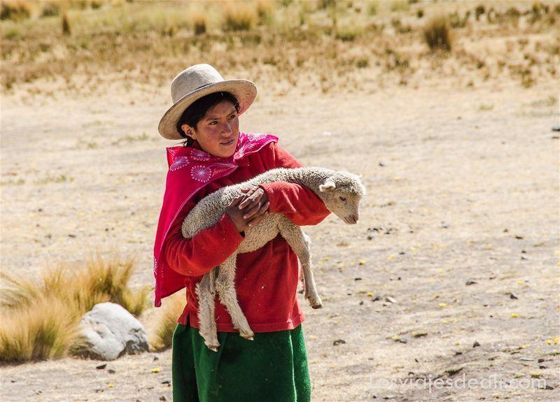 niña del altiplano peruano