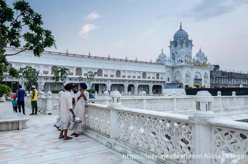 entrada de mármol blanco al templo dorado de los sijs