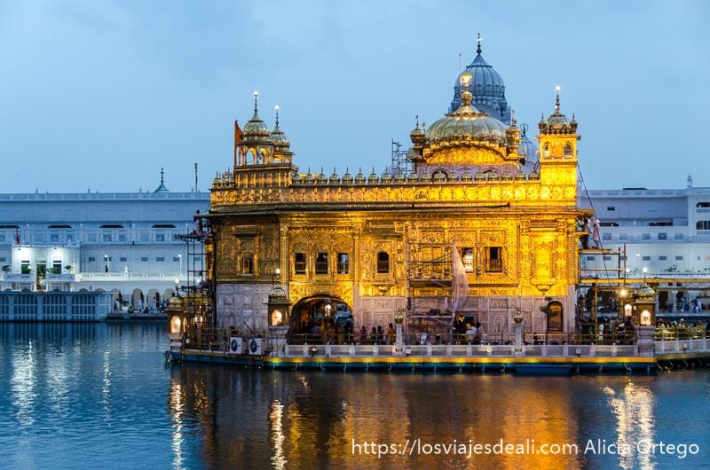 templo dorado de los sijs en la hora azul. lugares que te pueden dejar con la boca abierta