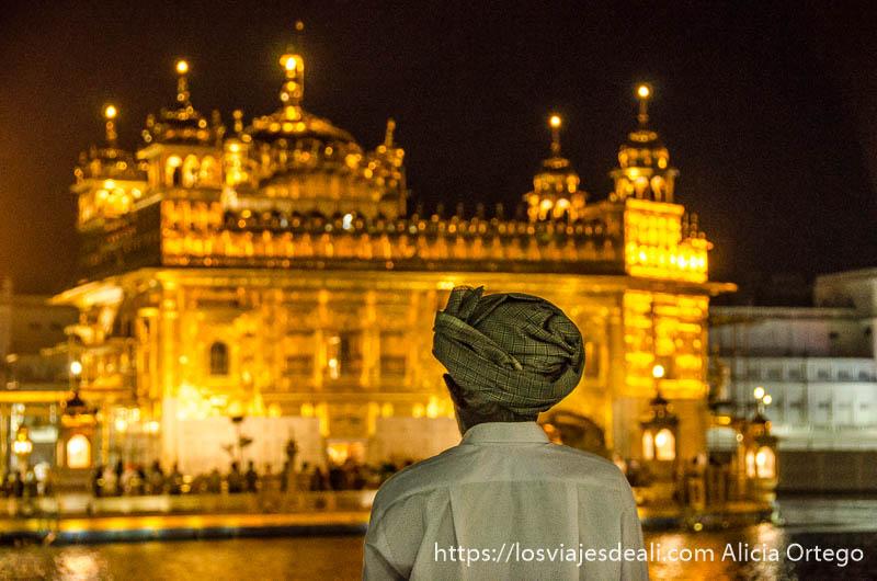 sij rezando cara al templo dorado de los sijs de noche