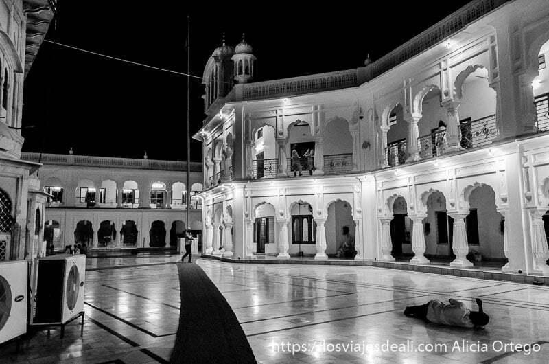 templo dorado de los sijs por la noche