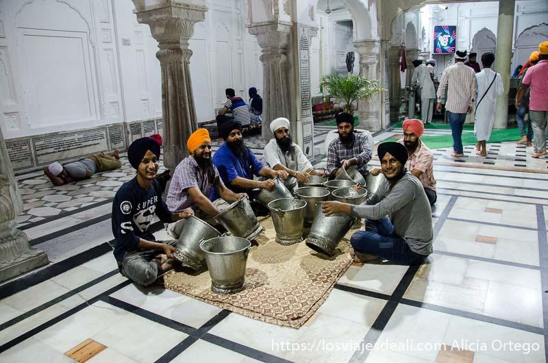 voluntarios del templo dorado de los sijs