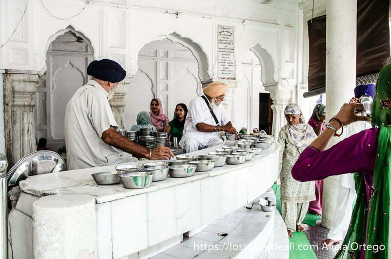 reparto de agua en el templo dorado de los sijs