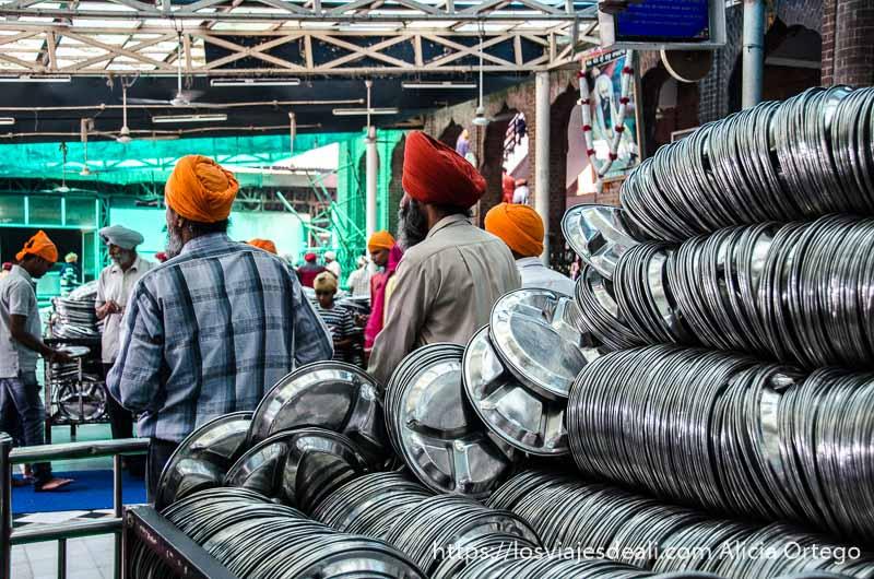cientos de bandejas para repartir en el comedor del templo dorado de los sijs