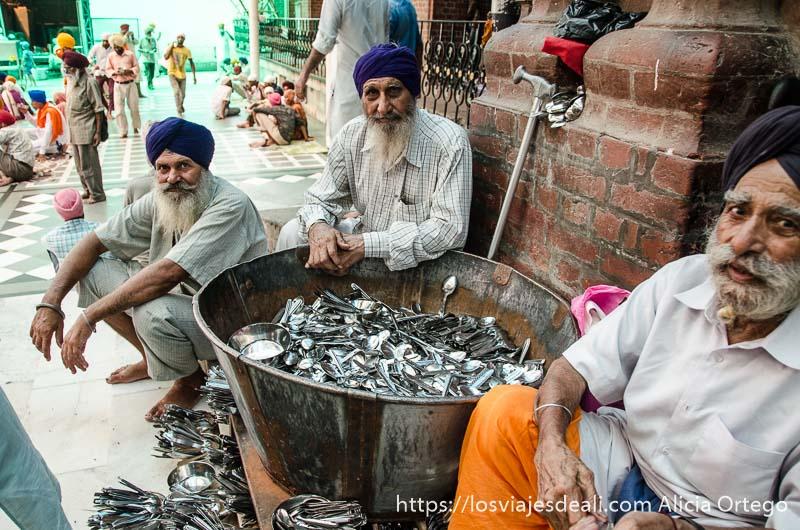 voluntarios junto a gran cubo lleno de cucharas