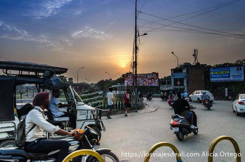 atardecer en Amritsar de camino al templo dorado de los sijs