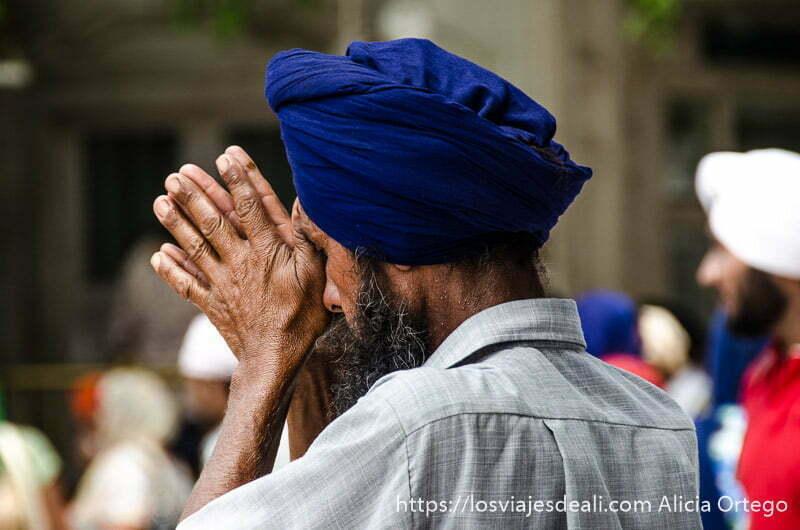 sij con turbante azul rezando con las manos juntas
