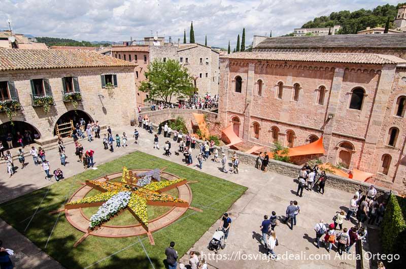 plaza de girona con gran estrella hecha con flores en el temps de flors