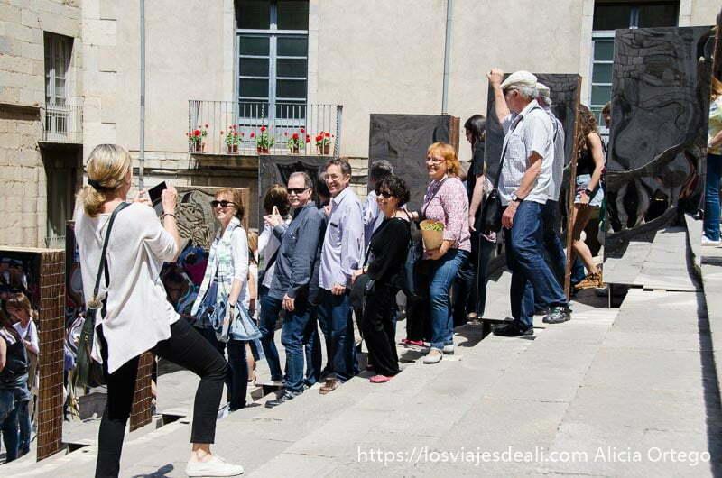 grupo de gente haciéndose una foto con unos espejos en girona