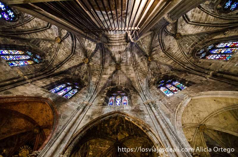 vista desde abajo de arcos y vidrieras de la catedral de girona