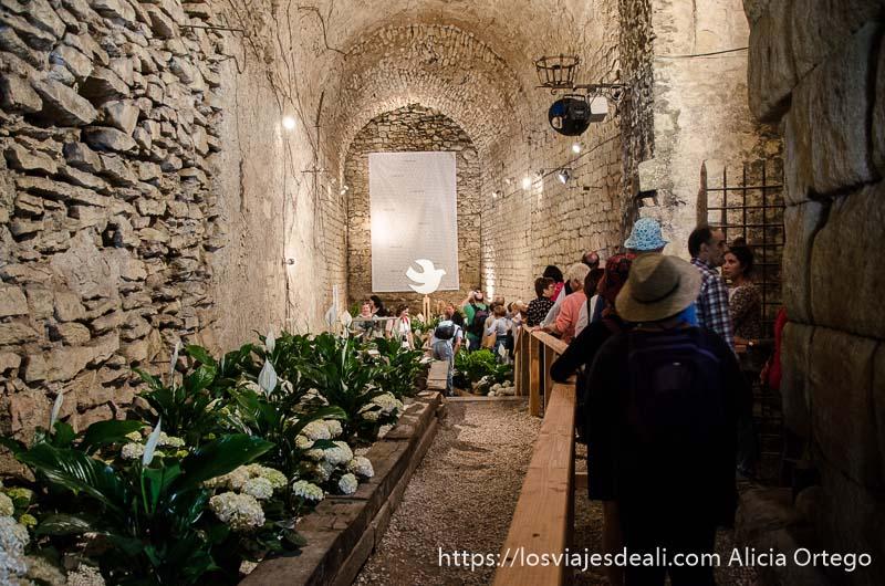 interior edificio medieval con decoración de flores en temps de flors