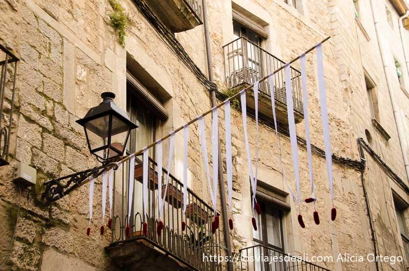 decoración en calles estrechas de barrio judío de girona en temps de flors