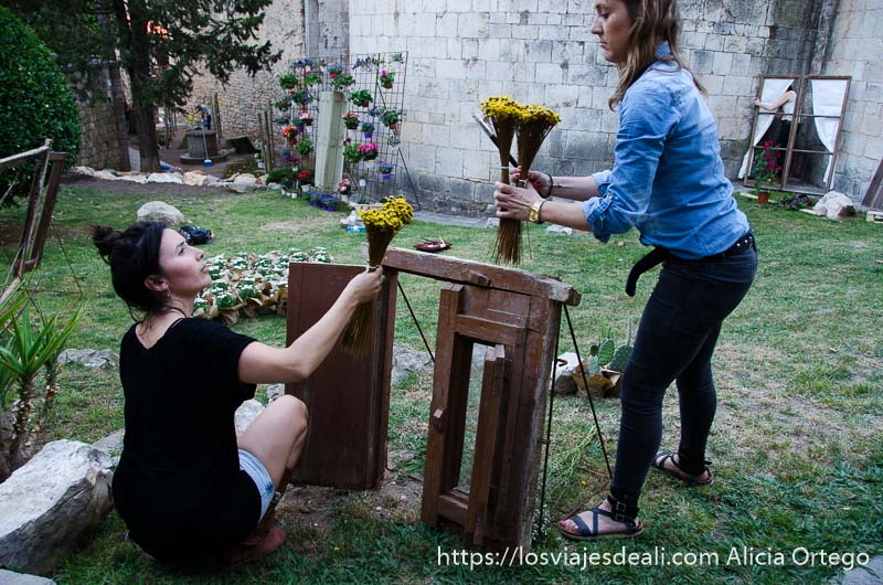 dos chicas preparando un rincón del temps de flors
