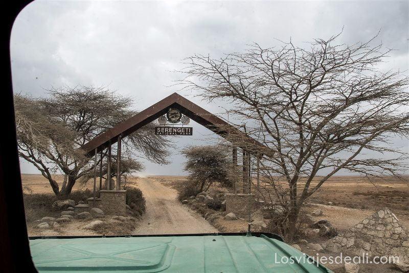visita al parque nacional Serengueti puerta
