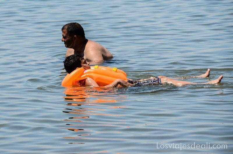 gente en aqaba y mar muerto
