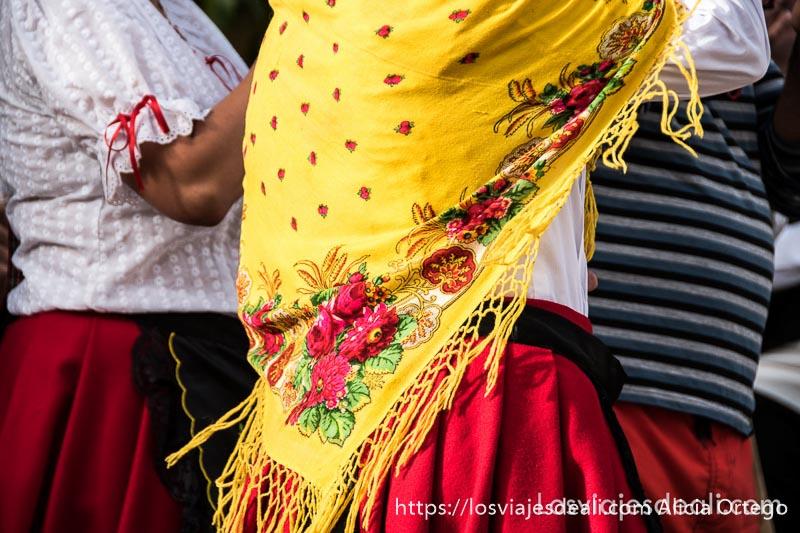 mantón de mujer de color amarillo con flores rojas gancheros del alto tajo