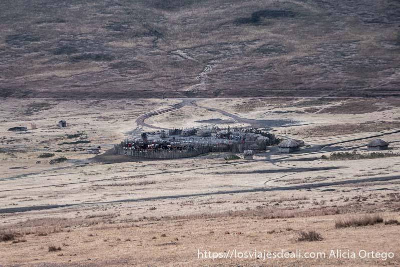 aldea masai en las faldas del cráter de ngorongoro