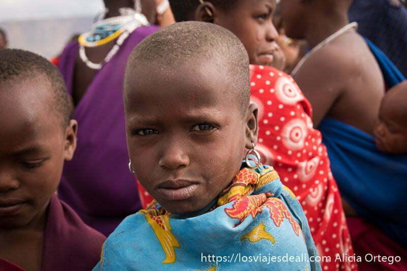 niña masai mirando fijamente a la cámara